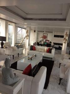 Gallery Cover Image of 9500 Sq.ft 5 BHK Apartment for rent in Bandra West for 1200000
