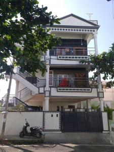 Gallery Cover Image of 3700 Sq.ft 5 BHK Independent House for buy in Gnana Bharathi for 28000000