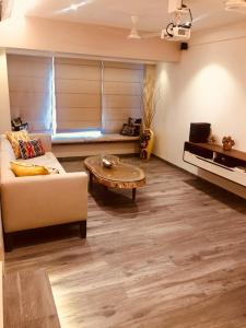 Gallery Cover Image of 1300 Sq.ft 3 BHK Apartment for rent in Khar West for 125000