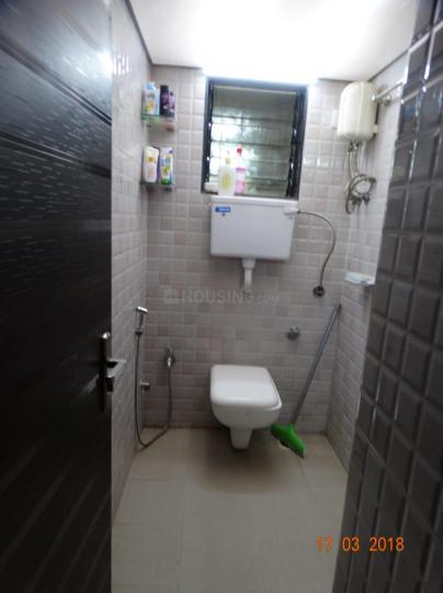 कांदिवली ईस्ट में आकाश होम्स के बाथरूम की तस्वीर