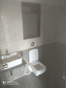 Bathroom Image of 1200 Sq.ft 3 BHK Apartment for rent in Sethia Kalpavruksh Heights, Kandivali West for 36000