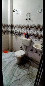 करोल बाग में नियर मेट्रो पीजी के बाथरूम की तस्वीर