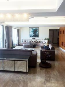 Gallery Cover Image of 1265 Sq.ft 2 BHK Apartment for rent in Cuffe Parade for 170000