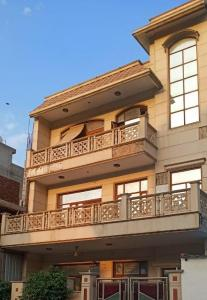 Gallery Cover Image of 1530 Sq.ft 6 BHK Independent House for buy in Paschim Vihar for 71000000