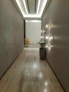 Gallery Cover Image of 760 Sq.ft 1 BHK Apartment for buy in Wadhwa Wadhwa Pristine, Matunga West for 24000000