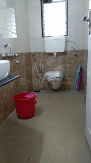 भांडूप वेस्ट में योगेश बाबर के बाथरूम की तस्वीर