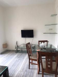 Gallery Cover Image of 650 Sq.ft 2 BHK Apartment for rent in Bandra West for 72000