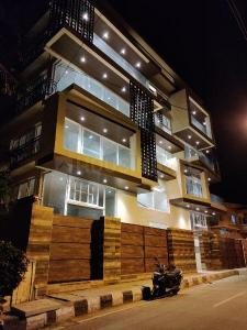 Gallery Cover Image of 2326 Sq.ft 3 BHK Apartment for rent in Cooke Town for 100000