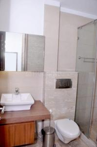 Bathroom Image of 1350 Sq.ft 2 BHK Independent Floor for rent in South Extension I for 60000