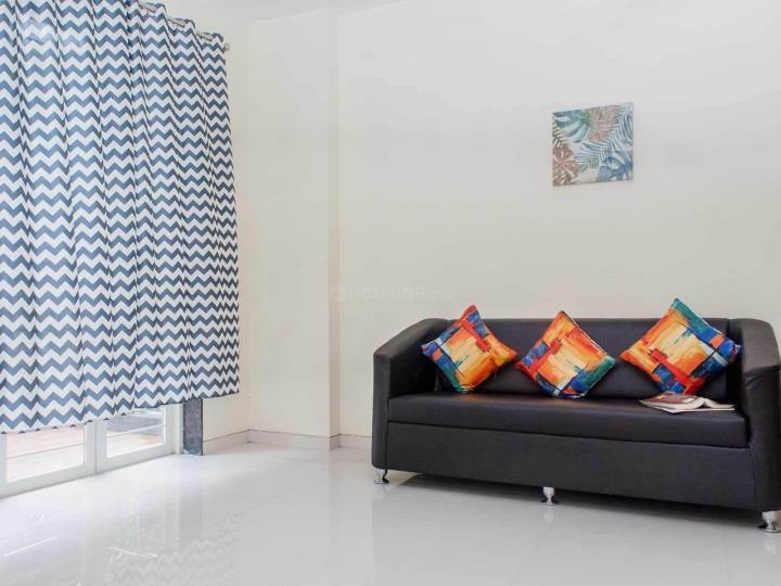 निगड़ी में ज़ोलो गोदस्वय के लिविंग रूम की तस्वीर