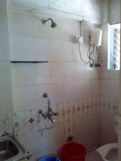 सांताक्रुज़ ईस्ट में मंगल बिल्डिंग के बाथरूम की तस्वीर