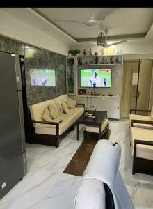 Gallery Cover Image of 500 Sq.ft 1 BHK Apartment for buy in Juhu Apartments, Khar Danda for 19500000