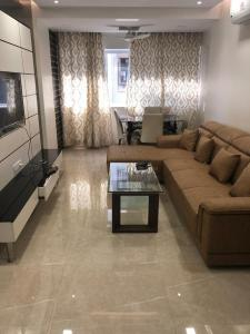 Gallery Cover Image of 700 Sq.ft 1 BHK Apartment for rent in Andheri West for 50000