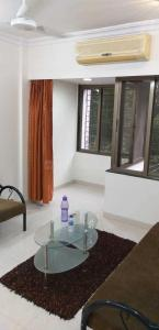 Gallery Cover Image of 600 Sq.ft 1 BHK Apartment for rent in Khar West for 65000