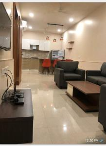 Gallery Cover Image of 650 Sq.ft 1 BHK Apartment for rent in Colaba for 90000