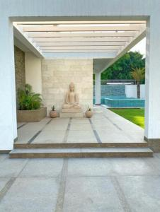 Gallery Cover Image of 15000 Sq.ft 5 BHK Villa for buy in DLF Farms for 190000000