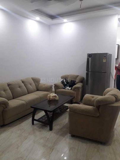 राजौरी गार्डन में वोहरा के लिविंग रूम की तस्वीर