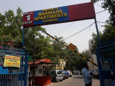 Gallery Cover Image of 1350 Sq.ft 3 BHK Apartment for rent in Narmada Apartments, Alaknanda for 38000