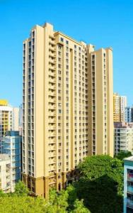 Gallery Cover Image of 1000 Sq.ft 3 BHK Apartment for rent in Lalani Grandeur, Malad East for 72000