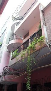Gallery Cover Image of 1500 Sq.ft 1 RK Apartment for rent in Balraj Bhavan, Vasant Kunj for 10000