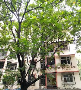 Gallery Cover Image of 1000 Sq.ft 2 BHK Apartment for rent in Ratan palace, Ghatkopar East for 50000
