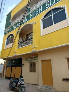 Schools & Universities Image of 1275 Sq.ft 3 BHK Apartment for buy in Moti Nagar for 5600000