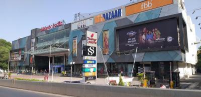 Shopping Malls Image of 1400 Sq.ft 3 BHK Apartment for buy in Guru Nanak Nagar for 13000000