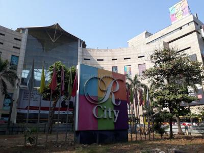 Shopping Malls Image of 1070 Sq.ft 3 BHK Apartment for buy in Kalpataru Aura, Ghatkopar West for 28000000